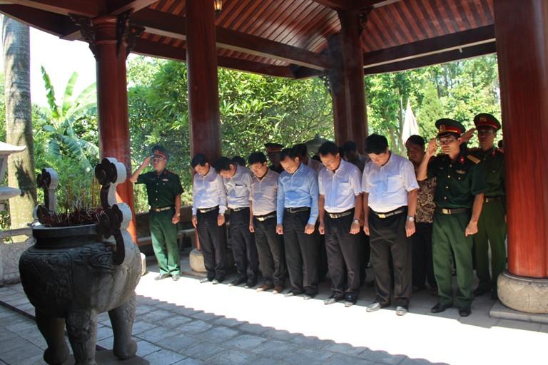 Các đồng chí lãnh đạo huyện Thạch Thất dâng hương tại Đền thờ liệt sỹ.