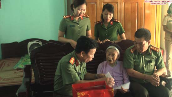 Cụm thi đua số 7 Công an Thành phố tặng quà Mẹ Việt Nam anh hùng