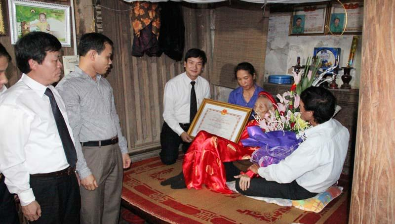 Lễ phong tặng danh hiệu Bà mẹ Việt Nam anh hùng.