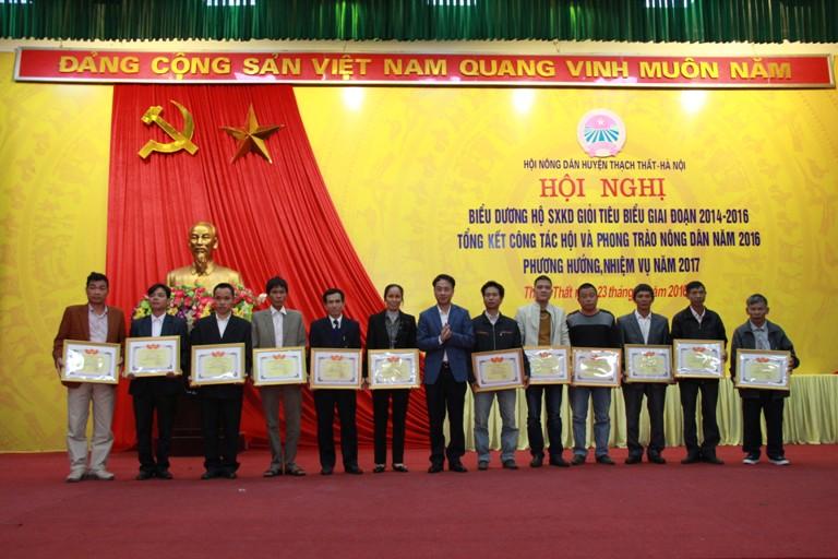Hội Nông dân huyện Thạch Thất tổng kết công tác hội và phong trào nông dân năm 2016, biểu dương hộ sản xuất kinh doanh giỏi giai đoạn 2014 - 2016