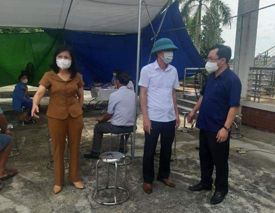Lãnh đạo UBND huyện Thạch Thất kiểm tra tiêm vắc xin Covid 19 tại các xã trên địa bàn