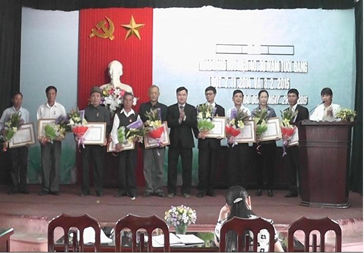Đảng bộ xã Đại Đồng trao huy hiệu Đảng cho đảng viên đợt 3/2.