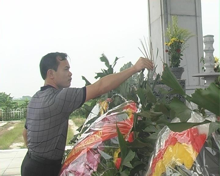 Đoàn lãnh đạo huyện Thạch Thất đi viếng đền thờ và các nghĩa trang liệt sĩ huyện