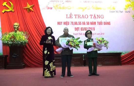 Huyện ủy Thạch Thất trao tặng Huy hiệu 70, 60, 55, 50 năm tuổi Đảng đợt 03/2/2019